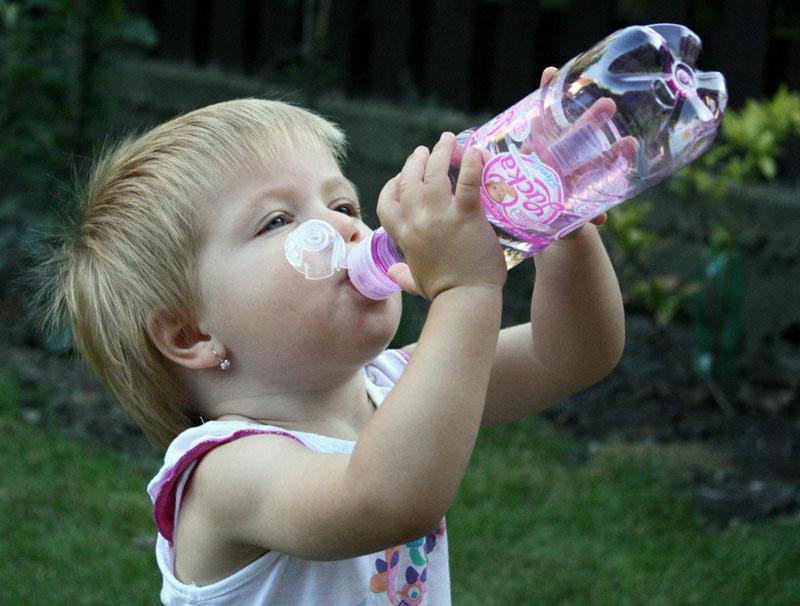 Roditelji moraju da brinu da mala deca i bebe unesu dovoljno tečnosti