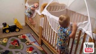 blizanci sami idu na spavanje