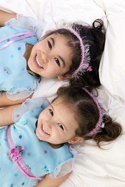 Tužakanje obično počinje u predškolaskom uzrastu. Deca najčešće tužakaju brata ili sestru, ili drugare sa kojima se igraju, kada počne da se javlja osećaj rivalstva.
