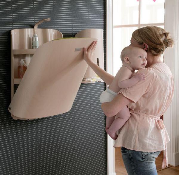 sto za previjanje bebe na zidu